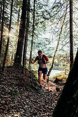 Man running at the lakeside, Forstsee, Carinthia, Austria - p300m2160020 by Daniel Waschnig Photography