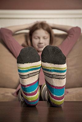 Mädchen mit bunten Socken - p3970973 von Peter Glass