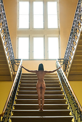 Naked woman in stairwell - p427m2039040 by Ralf Mohr