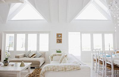 Wohnzimmer eines modernen Wohnhauses - p6416897f von Paul Bradbury