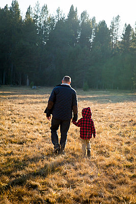 Father and son in Yosemite National Park - p756m1496088 by Bénédicte Lassalle