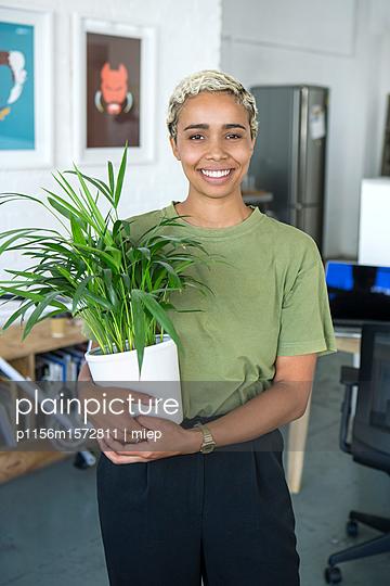 Frau  mit Grünpflanze - p1156m1572811 von miep