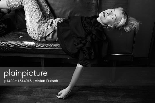 Schlafende Frau auf einem Sofa - p1422m1514918 von Vivian Rutsch