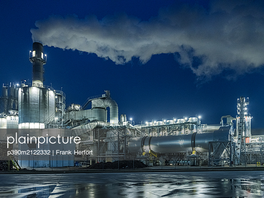 Night shot of an industrial plant and factory - p390m2122332 by Frank Herfort