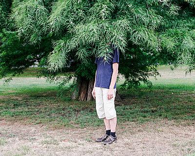 Mann unter Baum - p1078m1050900 von Frauke Thielking