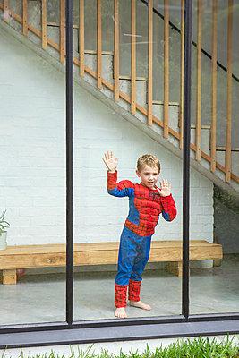 Junge hinter Fensterscheibe - p1156m1585865 von miep