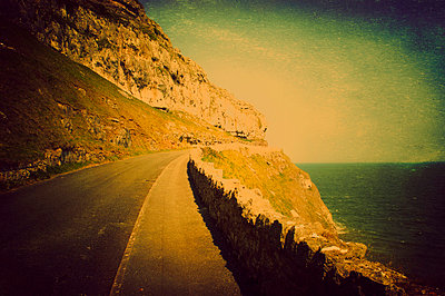 Verlassene Küstenstraße - p7940478 von Mohamad Itani