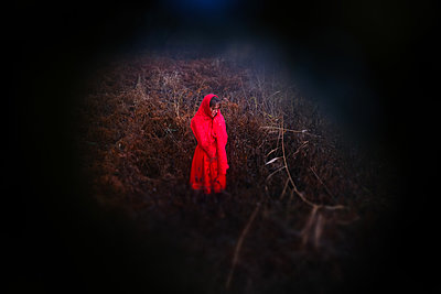 Woman in red - p945m2181555 by aurelia frey