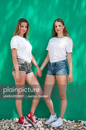 Zwillinge Hand an Hand - p045m2038001 von Jasmin Sander