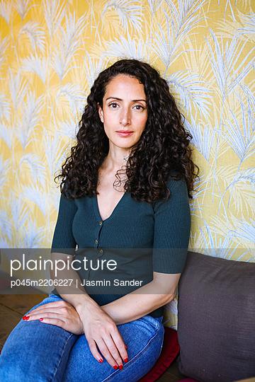 Frau sitzt im Café - p045m2206227 von Jasmin Sander
