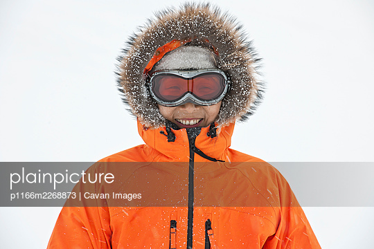 portrait of woman with faux fur hood and ski goggles - p1166m2268873 by Cavan Images