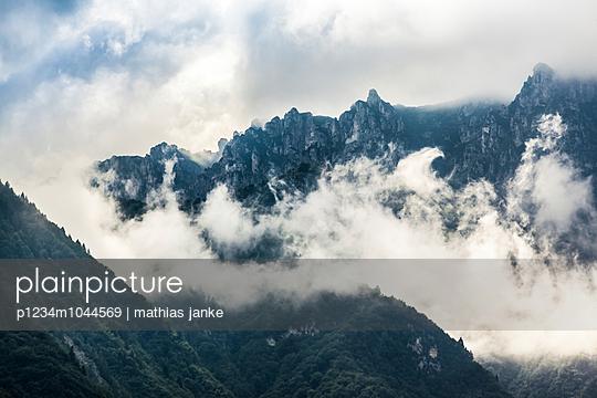 Wolken in Bergkette - p1234m1044569 von mathias janke