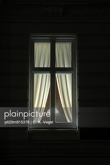 Nächtliches Fenster - p629m815378 von C. A. Vogel
