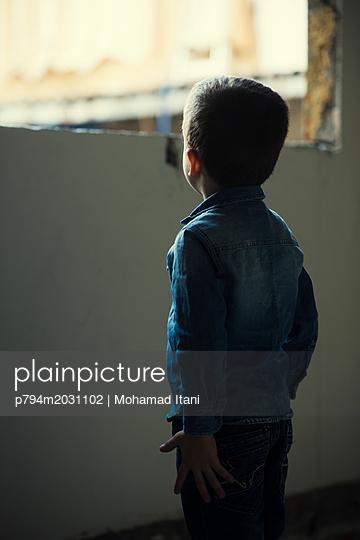 Kleiner Junge steht am Fenster, Rückansicht - p794m2031102 von Mohamad Itani