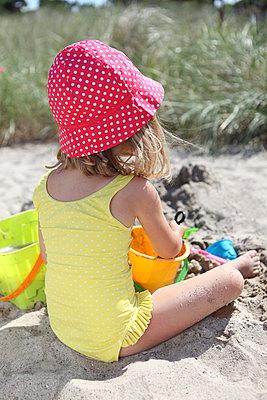 Kind spielt im Sand - p045m934763 von Jasmin Sander