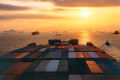 Containerschiff verlässt den Hafen von Hongkong - p1099m1516218 von Sabine Vielmo