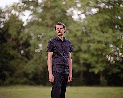 Mann in einem Park - p1409m1467129 von margaret dearing