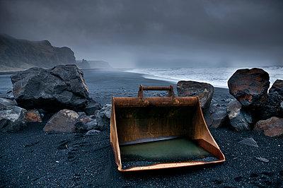 rostige Baggerschaufel am Strand in Island - p979m909921 von Jain