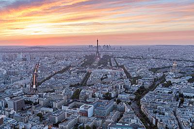 France, Paris, City view at sunset - p300m2004202 by Raul Podadera Sanz