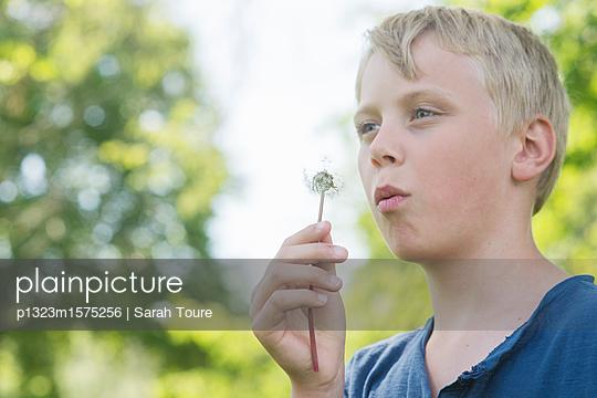 boy and dandelion - p1323m1575256 von Sarah Toure