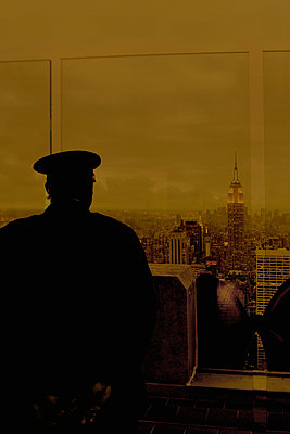 Security guard observing The Empire State building, Manhattan, NYC - p1028m2002182 von Jean Marmeisse