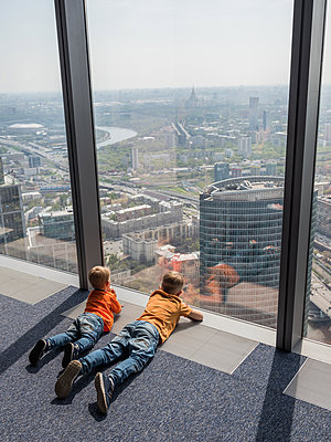 Two boys looking out of the window of the Federation Tower in Moscov - p390m2013413 by Frank Herfort