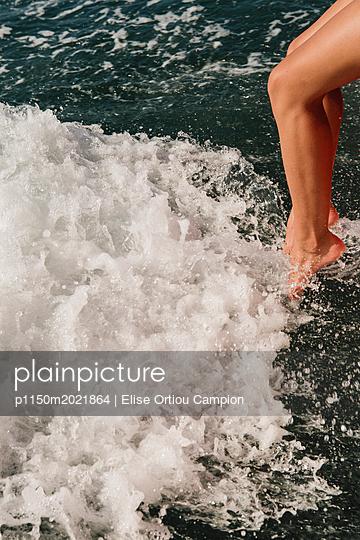 Füße im Wasser - p1150m2021864 von Elise Ortiou Campion