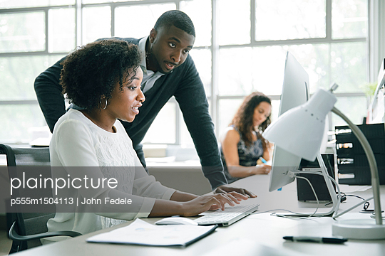 Business people using computer in office - p555m1504113 by John Fedele