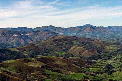 Basque country mountains during autumn season - p1216m2187280 von Céleste Manet
