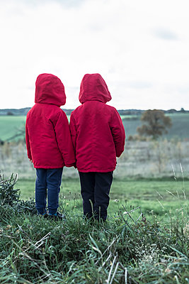 Two small boys in matching red jackets - p1228m1496689 by Benjamin Harte
