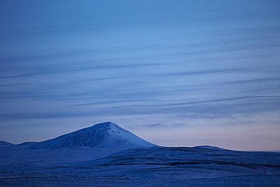 schneebedeckter Gipfel in Vulkanlandschaft - p1314m1189974 von Dominik Reipka