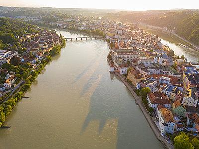 Germany, Bavaria, Passau, city of three rivers, Aerial view of Danube and Inn river - p300m1587987 by JLPfeifer