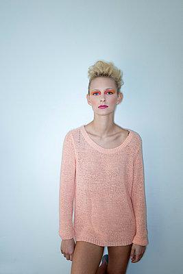 women with orange make up - p427m815584 by Ralf Mohr