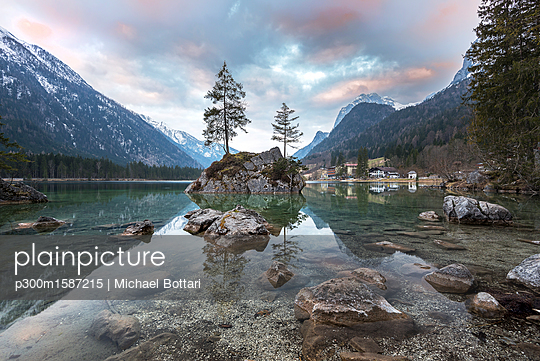 Germany, Bavaria, Berchtesgaden Alps, Lake Hintersee in the morning - p300m1587215 von Michael Bottari