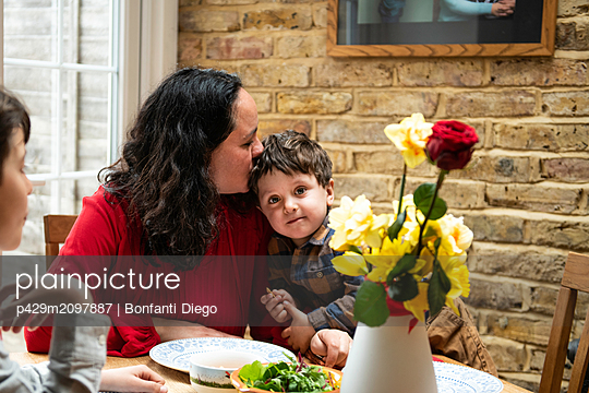 plainpicture - plainpicture p429m2097887 - Boy with mother and toddler... - DEEPOL by plainpicture/Bonfanti Diego