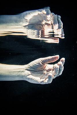 Hände Unterwasser - p1019m1461907 von Stephen Carroll