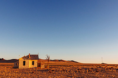 Empty house - p1065m885956 by KNSY Bande