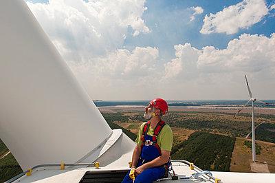 Monteur auf Windkraftanlage - p1079m1042141 von Ulrich Mertens