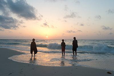 Familie am Strand - p1116m1217038 von Ilka Kramer