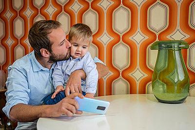 Father with children at home/SPAIN/ALICANTE/ALICANTE - p300m2273937 von Javier De La Torre Sebastian