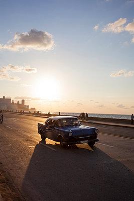 Vintage car in Havana - p304m1092295 by R. Wolf