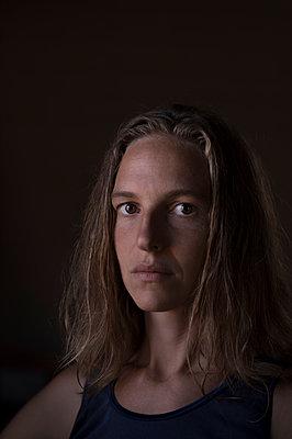 Portrait of woman - p552m1169786 by Leander Hopf