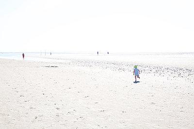 Kleiner Junge rennt am Strand - p606m1573168 von Iris Friedrich
