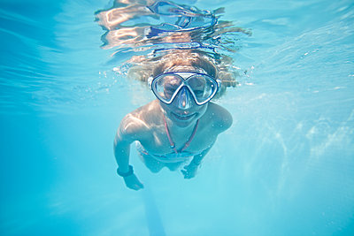 Mädchen unter Wasser - p713m2087652 von Florian Kresse