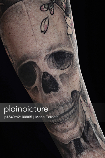 Close-up of a skull tatoo on a man's forearm  - p1540m2100965 by Marie Tercafs