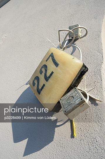 Kaputtes Hausnummer - p3228499 von Kimmo von Lüders