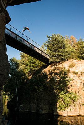 Klippenspringer springt von einer Brücke - p1142m1220748 von Runar Lind