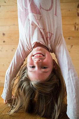 Mädchen macht Handstand - p1142m1572981 von Runar Lind