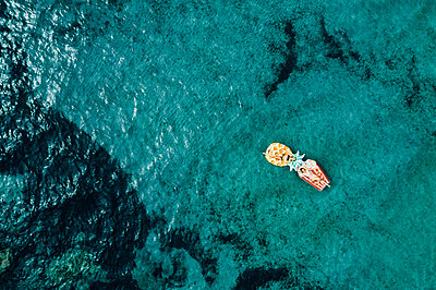 Two women on air mattress in the sea, drone photography - p713m2289242 by Florian Kresse