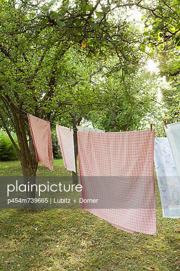 Wäsche trocknen - p454m739665 von Lubitz + Dorner